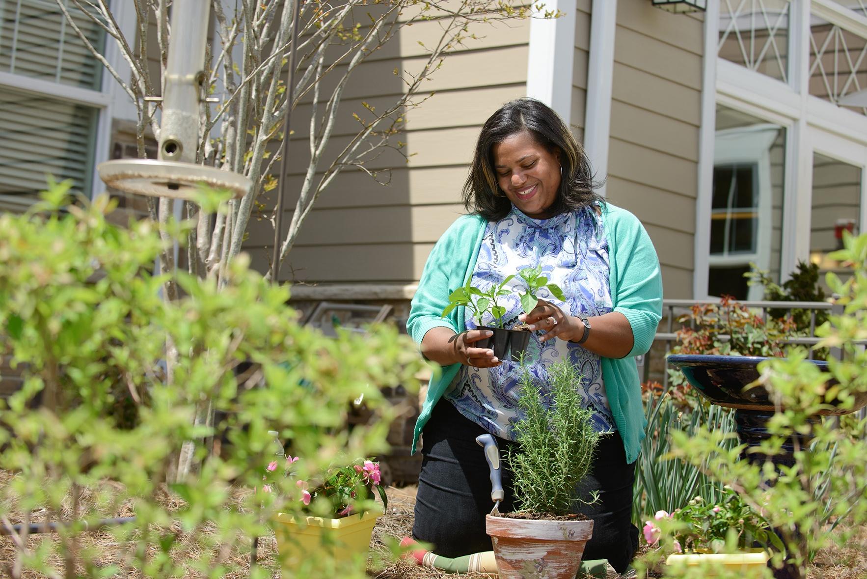 wellness_woman_gardening_diverse_K80_2678-1.jpg